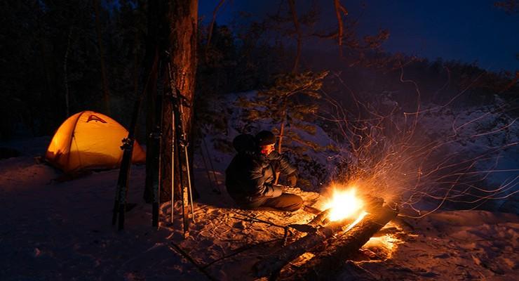 Как переночевать в лесу зимой и летом без палатки: полезные советы