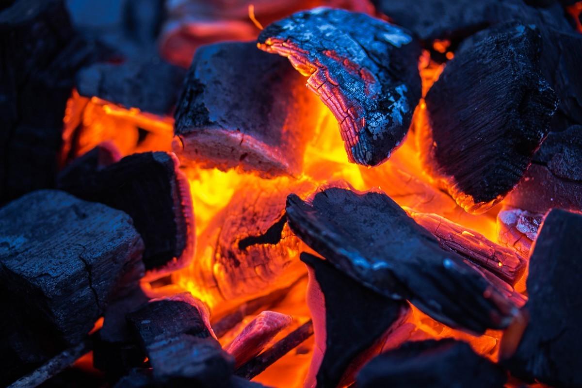 Как сделать древесный уголь своими руками
