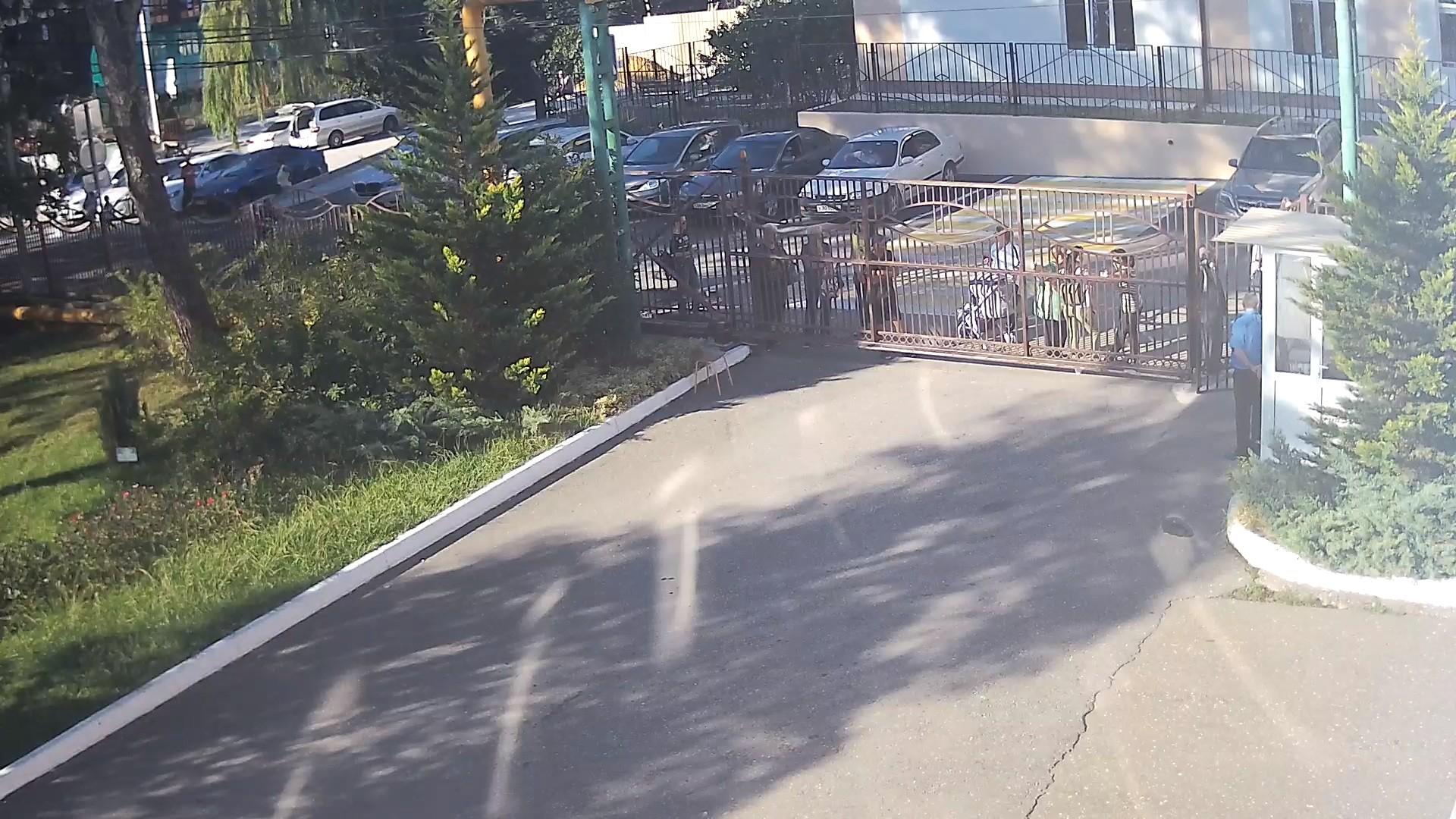 Вебкамера в Дагомысе, вход Школы №76
