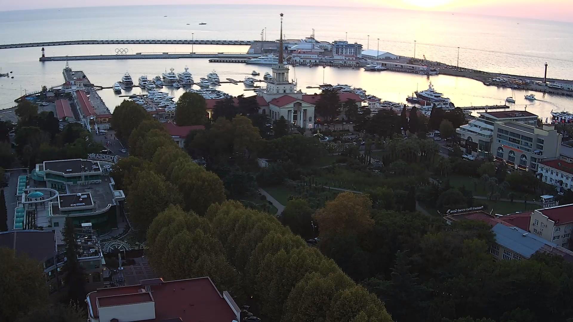 Веб-камера в г. Сочи, Морской порт и кооперативный сквер