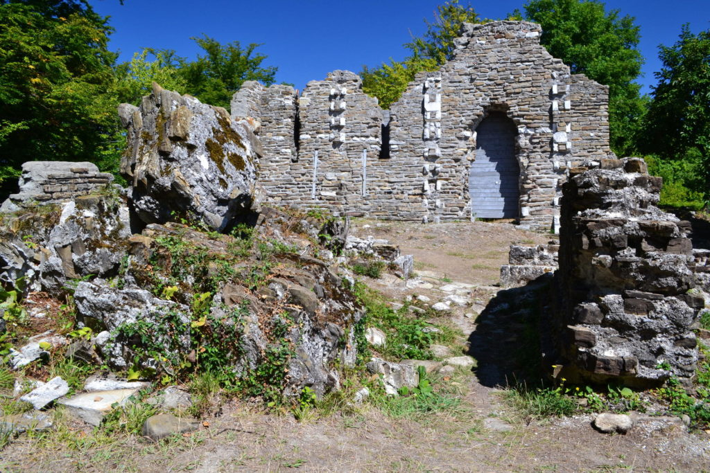 Руины храма в Лоо