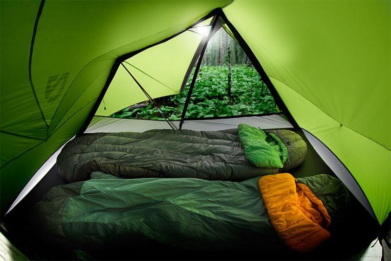 В чем лучше спать в палатке ночью?