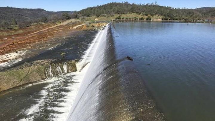 Онлайн веб-камера плотины Оровилл: водосброс