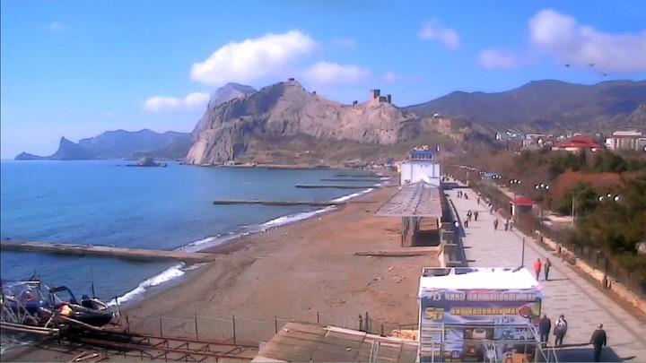 Вид на пляж и Генуэзскую крепость