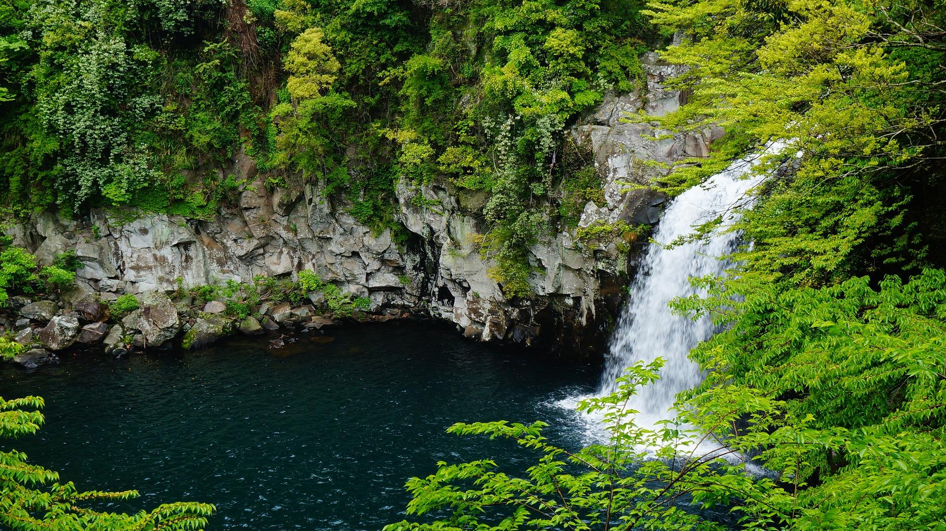 Парк водопадов Чхонджеен