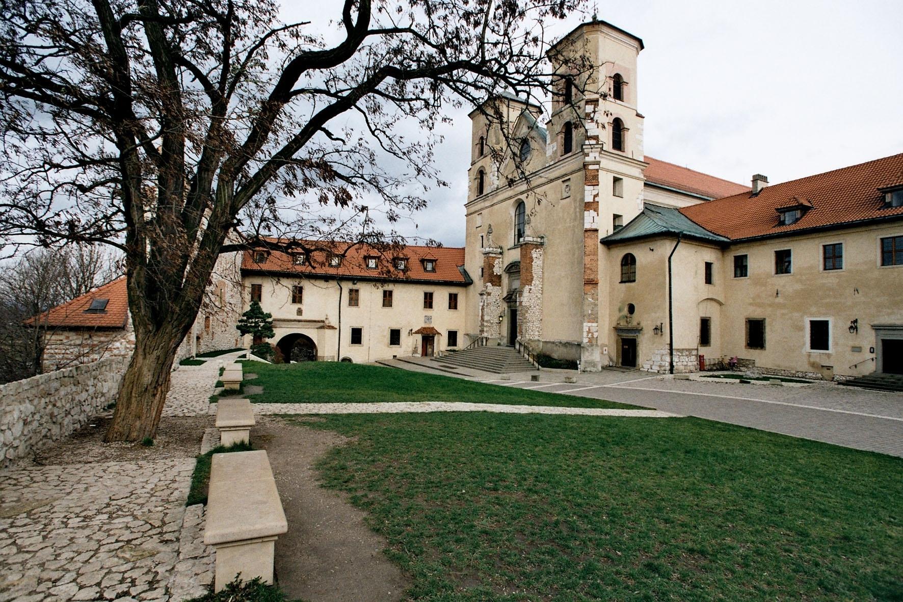 Бенедиктинское аббатство  —  Тынец